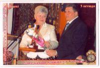 Глава Администрации Ярцевского района Галкин В. А. вручает Кубок победителя конкурса среди городских общеобразовательных школ